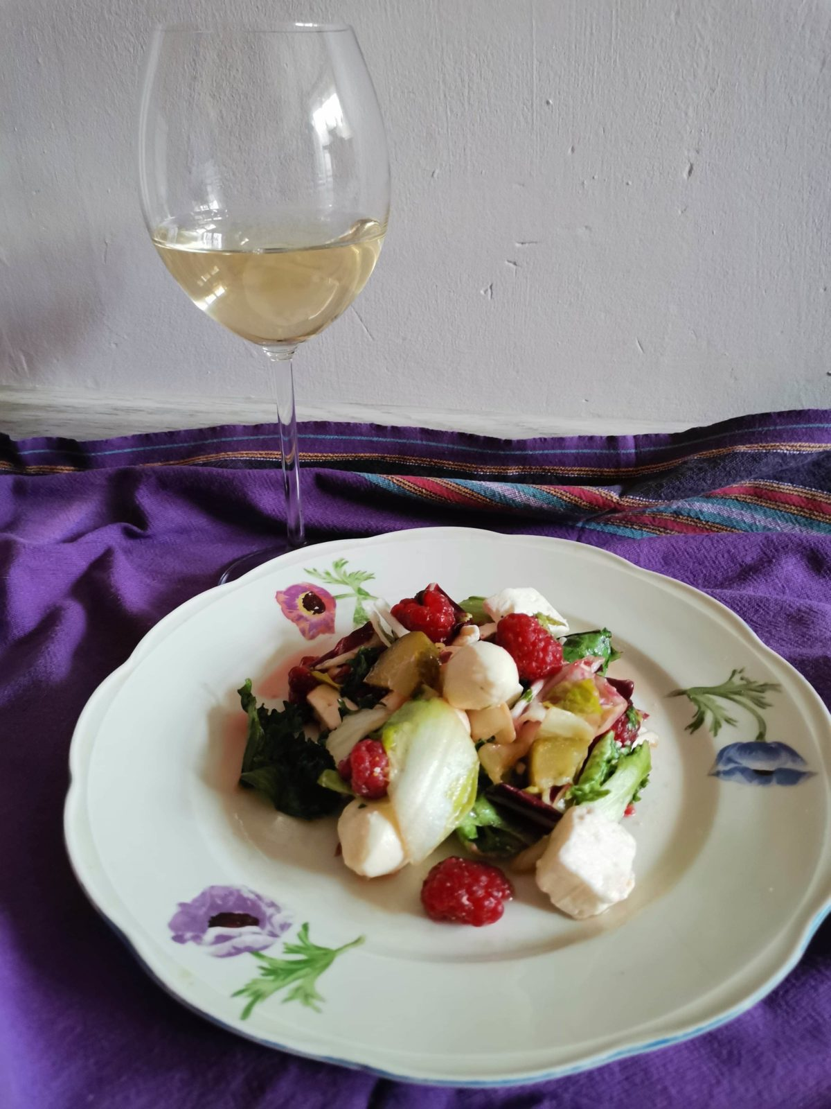 Moja letnia sałatka z kozim serem i malinami, w sosie miodowym